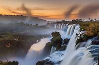 CATARATAS DEL IGUAZU, PASEO SUPERIOR AL AMANECER, PARQUE NACIONAL IGUAZU, PROVINCIA DE MISIONES, ARGENTINA (© MARCO GUOLI - ALL RIGHTS RESERVED)