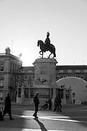 Portugal. Praca do commercio./  Lisbonne place du commerce. Arc de triomphe recouvert de figures historiques (Vasco de Gama, marquis de Pombal) ouvrant sur la rue Augusta. Statue équestre de José Ier