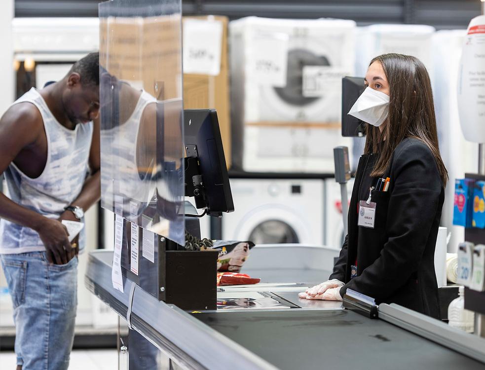 L'Intermarché de La Loupe, le 18 mars 2020<br /> Les hôtesses de caisse sont les plus exposées des employés du supermarché. Elles portent des masques anti-virus, et des gants pour éviter la propagation du coronavirus Covid-19. Ici, une plaque de plexiglass vient renforcer leur protection pendant les heures de travail à la caisse.