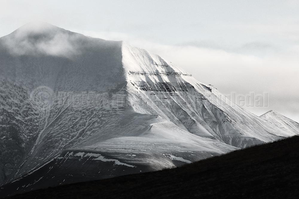 This montain in Adventsdalen, Longyearbyen, Spitzbergen is called Helvetiafjellet | Sorthvitt bilde av Helvetiafjellet, Adventsdalen, Svalbard.