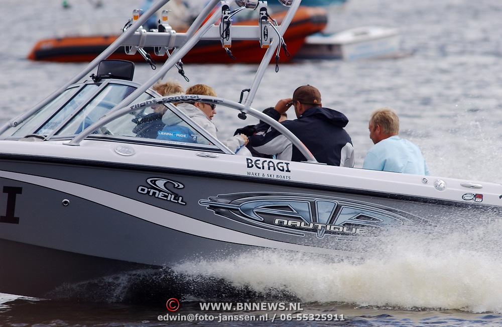 Speedboot, snel varend, personen aan boord, watersport, golf, golven,
