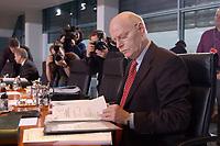 15 JAN 2003, BERLIN/GERMANY:<br /> Peter Struck, SPD, Bundesverteidigungsminister, liest in Akten, vor Beginn der Kabinettsitzung, Bundeskanzleramt<br /> IMAGE: 20030115-01-004<br /> KEYWORDS: Kabinett, Sitzung, Kamera, Camera, photographer, Journalist, Journalisten, Fotografen, Unterlagen
