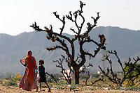A mother and her daughter walk home in Rajasthan, India.