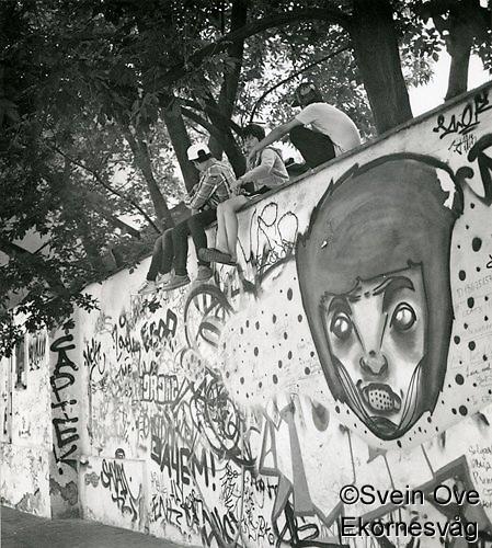"""Noen gutter slapper av i skyggen under noen trær ved en murkant i Moskva. Eksprimentell fremkalling på fotopapir fra begynnelsen av 70-tallet. Hard kontrast og """"glødende"""" hvit. Foto: Svein Ove Ekornesvåg"""