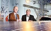 Jacob Fokkema  (met strik) en Jan Karel Lenstra (met stropdas) bij Science Centre, Delft