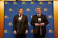 20 JAN 2003, BERLIN/GERMANY:<br /> Gerhard Schroeder (L), SPD, Bundeskanzler, Dieter Hundt (R), Praesident Bundesvereinigung der Deutschen Arbeitgeberverbaende, BDA, waehrend einer Pressekonferenz nach einer Sitzung von Kanzler und  BDA-Praesidium, Haus der Wirtschaft<br /> IMAGE: 20030102-02-017<br /> KEYWORDS: Präsident, Gerhard Schröder,