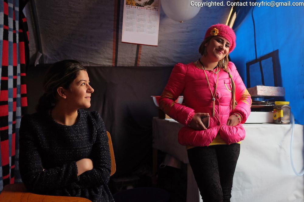 """Slobodná 25-ročná Meriam a jej vydatá 30-ročná sestra Rasha v tábore Mar Ellia v Ankawe (Erbil, Severný Irak). Meriam je najmladšou dcérou Nissana Putrusa z Qaraqoshu. Nissanova rodina musela zo svojich domovov ujsť v noci, 6. augusta, keď sa k mestu priblížili jednotky Islamského štátu a kedy kurdská Pehmerga, na ktorej ochranu sa miestni obyvatelia spoliehali,  zbabelo ušla. Nissan má 6 dcér a 1 syna. Najmladšia Meriam je jediná slobodná a veľmi sa snaží nájsť """"vhodnú partiu"""".<br /> Single, 25 year old Meriam and her 30 year old sister Rasha in Mar Ellia refugee centre in Ankawa, Erbil, Northern Iraq. Meriam is the youngest of 6 daughters of Nissan Putrus, a pharmacist from Qaraqosh. Nissans' famile had to leave their homes during the night of August 6th, when Peshmerga army withdrew without the fight before advancing ISIS fighters. Nissan has 6 daughters and one son. The youngest Meriam is the only unmerried one and is in the process of seeking a husband."""
