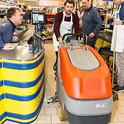 NLD/Hiuizen/20190108 - '1 Minuut gratis winkelen met Radio 538, Coen Swijnenberg  veegt de vloer met een machine