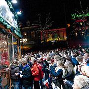 NLD/ENSCHEDE/20121223 - SERIOUS REQUEST DAG 6 - Mensen massa voor het glazen huis