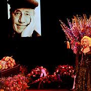 NLD/Amsterdam/20110722 - Afscheidsdienst voor John Kraaijkamp, kist met beeltenis, Karin Bloemen