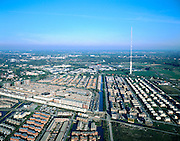 Nederland, Utrecht, IJsselstijn, 17-10-2003; Nederlands bekendste Radio en TV toren, vaak abusievelijk Lopik genaamd (IJsselstijn behoort bij de Gemeente Lopik, vandaar); zendmast van Nozema; aan de voet van de toren de VINEX lokatie Zenderpark; telecommunicatie, ether, woningbouw, ruimtelijke ordening, landschap (ook staande foto leverbaar).<br /> Foto Siebe Swart