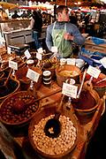 Londyn, 2009-03-06. Stoisko z oliwkami na targu żywność Brought Market