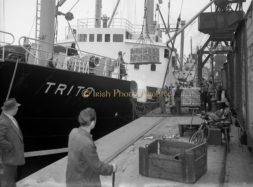"""03/06/1954<br /> 06/03/1954<br /> 03 June 1954<br /> Loading of kellogg's Corn Flakes  onto ship at North Wall, Dublin for export to Iceland. Image shows the boxes being loaded by crane onto the ship """"Trito"""" for shipment."""