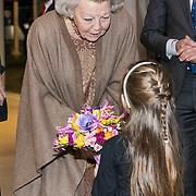NLD/Amsterdam/20190126 - Prinses Beatrix bezoekt Jumping Amsterdam 2019, Prinses Beatrix wordt ontvangen met bloemen