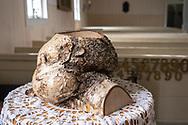 VILDMARKSVÄGEN JULI 2020<br /> Dopfunten i Fatmomakke kyrka är tillverkad i en knotig björk.<br /> Foto: Per Danielsson/Projekt.P