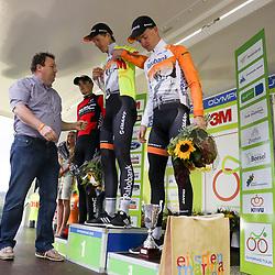 02-10-2016: Wielrennen: Olympia Tour: Margraten <br />NOORDBEEK (NED) wielrennen <br />Oud winnaar Anton Tak (1991) reikt de gele trui uit aan eindwinnaar Cees Bol