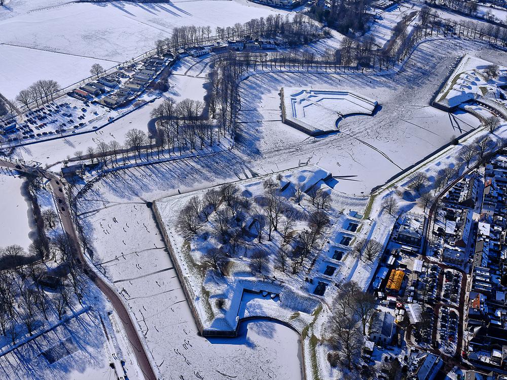 Nederland, Noord-Holland, Gooise Meren, 13-02-2021; Winterlandschap Vesting Naarden, vesting met bastions en omwalling. De stervorm van de vestingstad is door de sneeuw goed te onderscheiden. Detail van de werken.<br /> Star-shaped historical fortress in the snow.<br /> luchtfoto (toeslag op standaard tarieven);<br /> aerial photo (additional fee required)<br /> copyright © 2021 foto/photo Siebe Swart