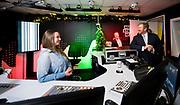 Koning Willem Alexander brengt een werkbezoek aan het Radiohuis van de Nederlandse Publieke Omroep (NPO) in Hilversum. Het bezoek staat in het teken van het medium radio, dat dit jaar in Nederland honderd jaar bestaat.<br /> <br /> Op de foto:   Koning Willem-Alexander in gesprek over 3FM met dj Jorien Renkema