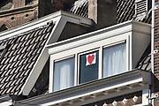 Nederland, Nijmegen, 10-4-2020 Achter het raam van een woning is een tekening van een rood hart opgehangen als dank en respectbetuiging aan het personeel in de zorg en op de ic die met het coronavirus te maken hebben . Foto: Flip Franssen