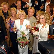 NLD/Rotterdam/20060923 - Premiere Willeke Alberti tour `Goud `, Frans Weisglas, Mw. Blokker, Willeke, Frans Schraven, Barry Stevens, Brigitte Nijman en Barbara Lok en Aad Ouborg, media belangstelling, fotografen