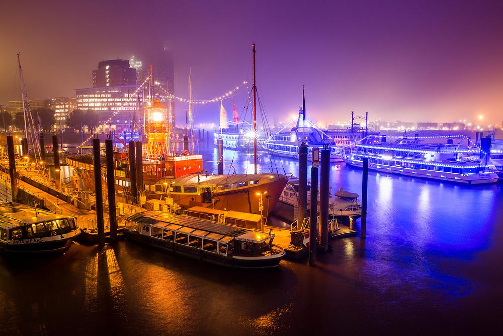 Nebel am morgen im Hamburger Hafen an den Landungsbrücken
