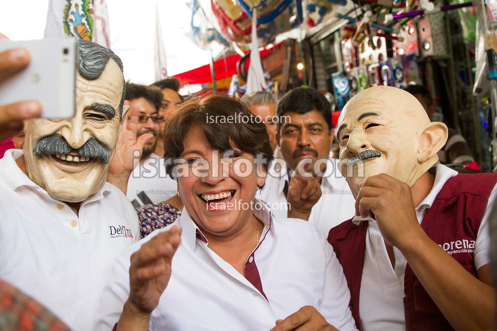 """Simpatizantes de Delfia Gómez, enmascarados como los expresidentes Vicente Fox y Carlos Salinas de Gortari, se toman una """"selfie"""" con la candidata a gobernadora del Estado de Mexico."""