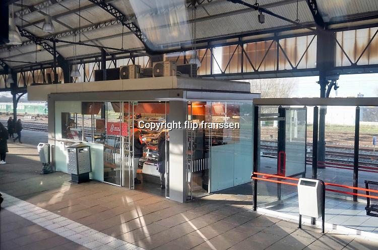 Nederland, Nijmegen, 12-12-2019Kiosk op het perron van station Nijmegen . Foto: Flip Franssen