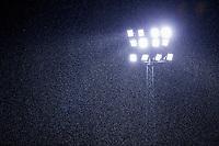 AMSTELVEEN - lichtmast, kunstlicht, lichtmast, verlichting,  tijdens een hevige regenbui.   Hoofdklasse mannen hockey Amsterdam-Kampong (0-2) . COPYRIGHT KOEN SUYK