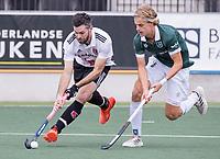 AMSTELVEEN - Trent Mitton (Amsterdam) met Justen Blok (Rotterdam)  tijdens de competitie hoofdklasse hockeywedstrijd heren, Amsterdam -Rotterdam (2-0) .  COPYRIGHT KOEN SUYK