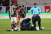 Fussball: 2. Bundesliga, FC St. Pauli - VFL Bochum, Hamburg, 28.01.2021<br /> Verletzt: Omar Marmoush (am Boden), Schiedsrichter Harm Osmers (r.)<br /> © Torsten Helmke