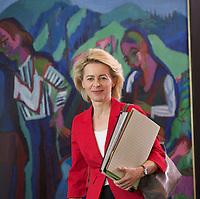 DEU, Deutschland, Germany, Berlin, 21.05.2014: <br />Bundesverteidigungsministerin Ursula von der Leyen (CDU) vor Beginn der 17. Kabinettsitzung im Bundeskanzleramt.