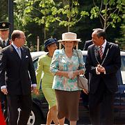 NLD/Huizen/20050601 - Koninging Beatrix verricht de officiële opening nieuwe schoolgebouw Visio Huizen, kinderen, mr. Harry Borghouts, commissaris van de Koningin in de provincie Noord-Holland en burgemeester Jos Verdier