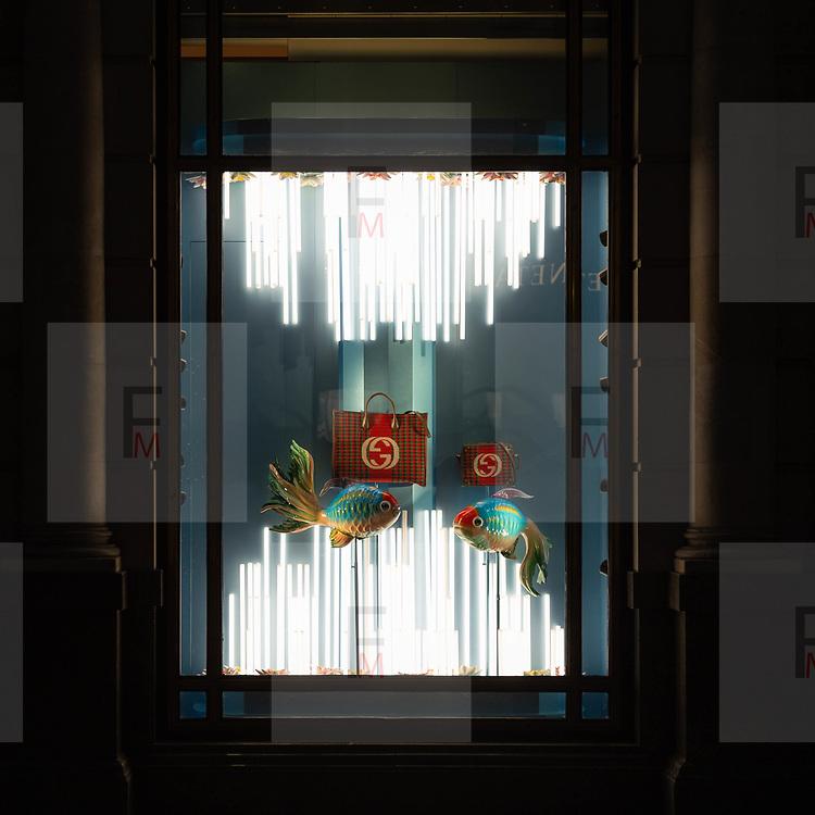 E dopo le gallerie d'arte torniamo ad ammirare le decorazioni natalizie della prestigiose case di moda in @BondStreet a Mayfair in centro a Londra<br /> <br /> After the art galleries, we come back to enjoy the Christmas decorations of @BondStreet in #MayFair in #CentralLondon