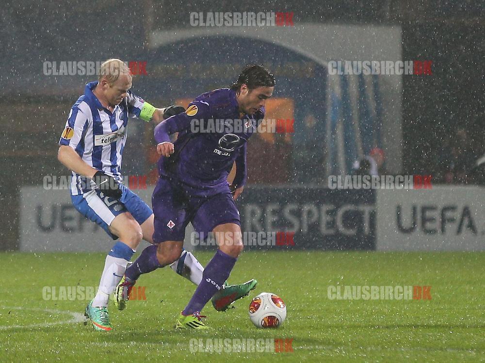 Hans Henrik Andreasen (Esbjerg) kæmper med Alessandro Matri (Fiorentina).