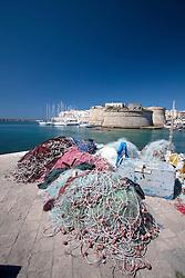 Mucchi reti affollano il molo del Porto Pescherecci di Gallipoli (LE)