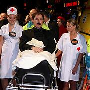 NLD/Amsterdam/20080211 - Premiere film Alibi, Johan Nijenhuis arriveert op een brancard en ambulance