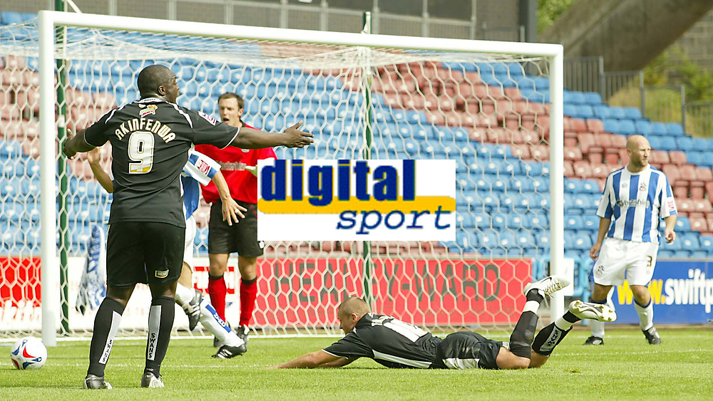 Fotball<br /> England 2005/2006<br /> Foto: SBI/Digitalsport<br /> NORWAY ONLY<br /> <br /> Huddersfield v Swansea<br /> Coca Cola League One<br /> 13/08/2005.<br /> <br /> Swansea's Lee Trundle goes down in the box to earn a penalty