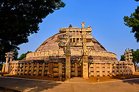 Inde, état du Madhya Pradesh, Sanchi, monuments bouddhiques classés Patrimoine mondial de l'UNESCO, le grand stupa, porte sud // India, Madhya Pradesh state, Sanchi, Buddhist monuments listed as World Heritage by UNESCO, the main stupa a 2200 year old Buddhist monument built by Emperor Ashoka, Unesco World Heritage, south door