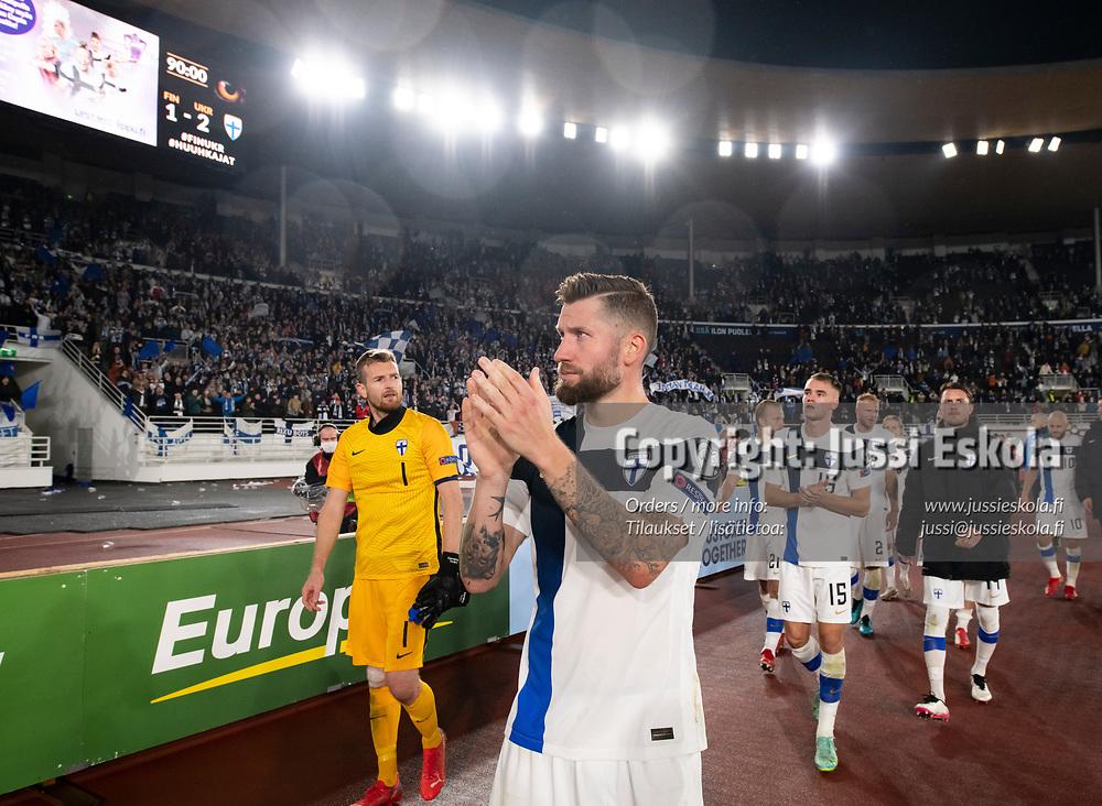 Joona Toivio, tak. Lukas Hradecky. Suomi - Ukraina. MM-karsinta. Helsinki 9.10.2021. Photo: Jussi Eskola