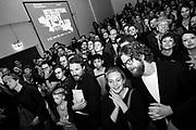 """Het publiek tijdens de negende editie van de Intellectual Fight Club in Berlijn. Schaakboksen is een nieuwe sport waarbij de spelers elkaar fysiek en mentaal uitdagen door rondes boksen af te wisselen met rondes snelschaak, met een knock-out of schaakmat tot gevolg. De sport werd voor het eerst geïntroduceerd in het stripboek """"Koude Evenaar"""" door de Bosnisch-Tsjechische tekenaar Enki Bilal. Geïnspireerd door het boek organiseerde de in Berlijn wonende Nederlandse kunstenaar Iepe Rubingh de eerste matches waarna hij Chessboxing Global oprichtte. De sport wint aan populairiteit en wordt ondertussen in meerdere landen beoefent."""
