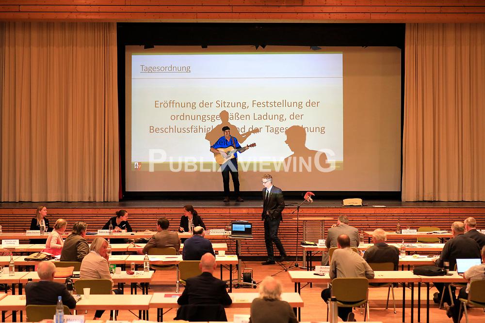 Nach über 43 Jahren des Widerstands ist am 28.09.2020 der Salzstock Gorleben aus dem Verfahren der Endlagersuche ausgeschieden. Im Zwischenbericht Teilgebiete der Bundesgesellschaft für Endlagerung (BGE) tauchte der Standort nicht mehr auf. Aus diesem Anlass singt grüneXsoli-Fraktionschecf Kurt Herzog in einer Aktuellen Stunde während der Sitzung des Kreistages Lüchow-Dannenberg ein plattdeutsches Lied. Währenddessen verlassen die Fraktionen von SPD, CDU, FDP und AfD aus Protest die Sitzung, die anschließend vertagt wird.<br /> <br /> Ort: Hitzacker<br /> Copyright: Andreas Conradt<br /> Quelle: PubliXviewinG