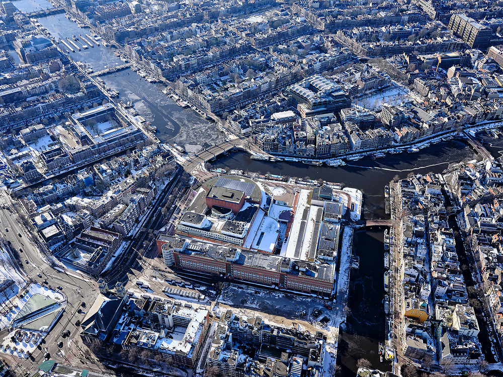 Nederland, Noord-Holland, Amsterdam, 13-02-2021; winter in Amsterdam, Waterlooplein met Stopera (Muziektheater en Stadhuis). Amstel met Blauwbrug, rechts Zwanenburgwal. <br /> Winter in Amsterdam, Waterlooplein with Stopera (Music Theater and City Hall). Amstel with Blauwbrug, right Zwanenburgwal.<br /> <br /> luchtfoto (toeslag op standaard tarieven);<br /> aerial photo (additional fee required)<br /> copyright © 2021 foto/photo Siebe Swart