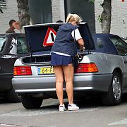 NLD/Blaricum/20070727 - Marga Scheide, zangeres van LUV, gaat boodschappen doen in tenniskleding in Blaricum