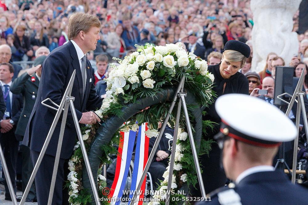 NLD/Amsterdam/20150504 - Dodenherdenking 2015 Amsterdam, Willem Alexander en Maxima kranslegging