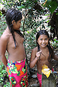 Indígenas emberá / comunidad indígena emberá, Panamá.<br /> <br /> Niñas indígenas lavándose las manos en comunidad Emberá Purú.