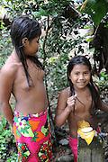 Niñas indígenas emberá lavándose las manos en comunidad Emberá Purú, Panamá.