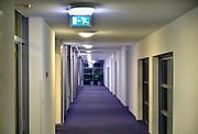 Nederland, Malden, 16-12-2014een lege, verlaten, gang van een verzorgingshuis, bejaardenhuis. Een bordje met de richting van de nooduitgang.Foto: Flip Franssen/Hollandse Hoogte