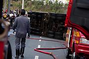 Contagem_MG, Brasil...Acidente envolvendo um caminhao da CEMIG e um caminhao tanque em Contagem. ..An accident involving a CEMIG truck and a tank truck in Contagem. ..Foto: LEO DRUMOND / NITRO