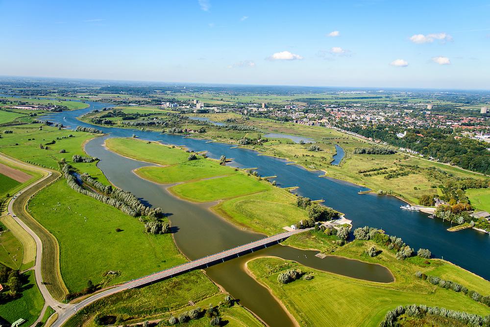 Nederland, Gelderland, Wageningen, 30-09-2015; Veerweg naar Lexkesveer, gelegen tussen de uiterwaarden Schoutenwaard en Randwijkse Buitenpolder. De weg is gebouwd op pijlers om het water in de meestromende nevengeul niet te hinderen.<br /> The road is built on pillars in order not to hinder the water in their flowing secondary channel.<br /> <br /> luchtfoto (toeslag op standard tarieven);<br /> aerial photo (additional fee required);<br /> copyright foto/photo Siebe Swart