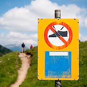 Mann braucht gute Wanderschuhe in der Bergen